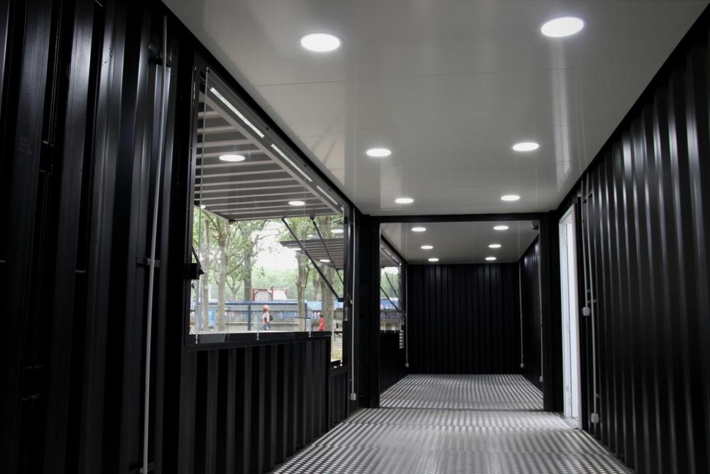 Container événementiel aménagé avec un toit et spots led