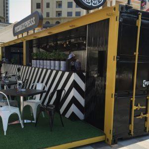 Container événementiel aménagé en snack bar avec terrasse sol