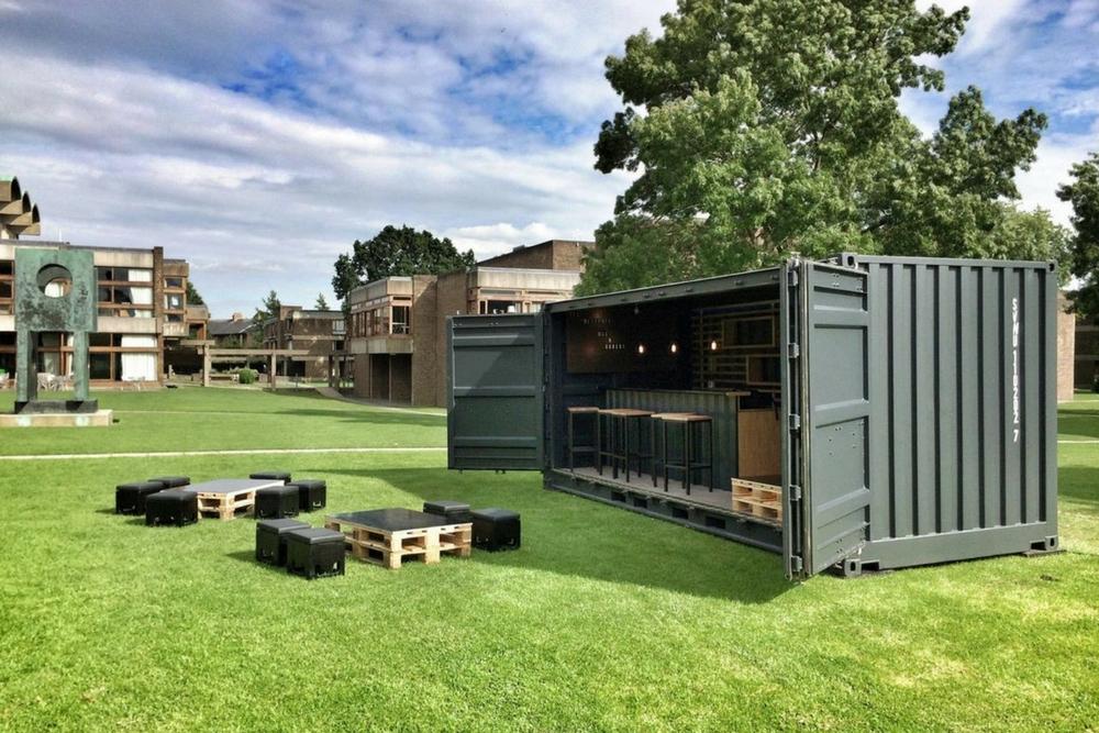 Container événementiel aménagé en snack bar ouverture en plein air sur nature