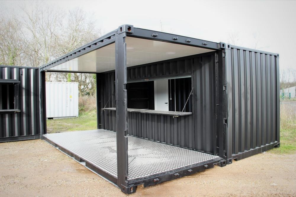 Container événementiel aménagé en terrasse avec toiture